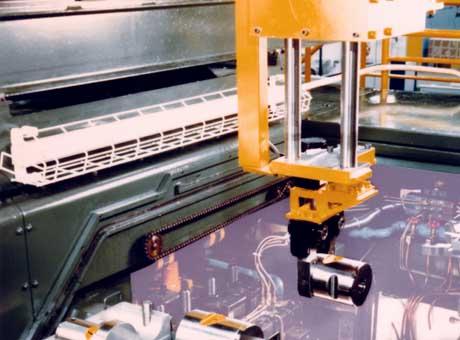 1982年日本初の個別工具交換ロボット